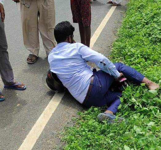 A snake bike rider suddenly came on the road and fell uncontrollably, one's leg was fractured