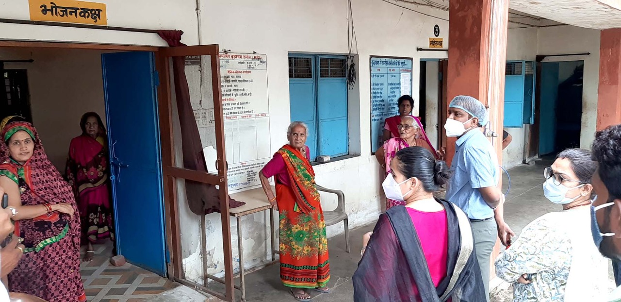 Damoh News : Whatever arrangements are there in old age homes will be made better - Collector Shri Chaitanya