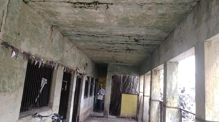 Employees working risking their lives in the dilapidated building of Subdivision First Swaraj Collection Center Rasra