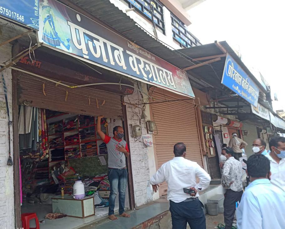 Manasa news  बिना मास्क के दुकान में भीड़ एकत्रित करने वाले दुकानदारों पर मनासा पुलिस ने की चालानी कार्यवाही