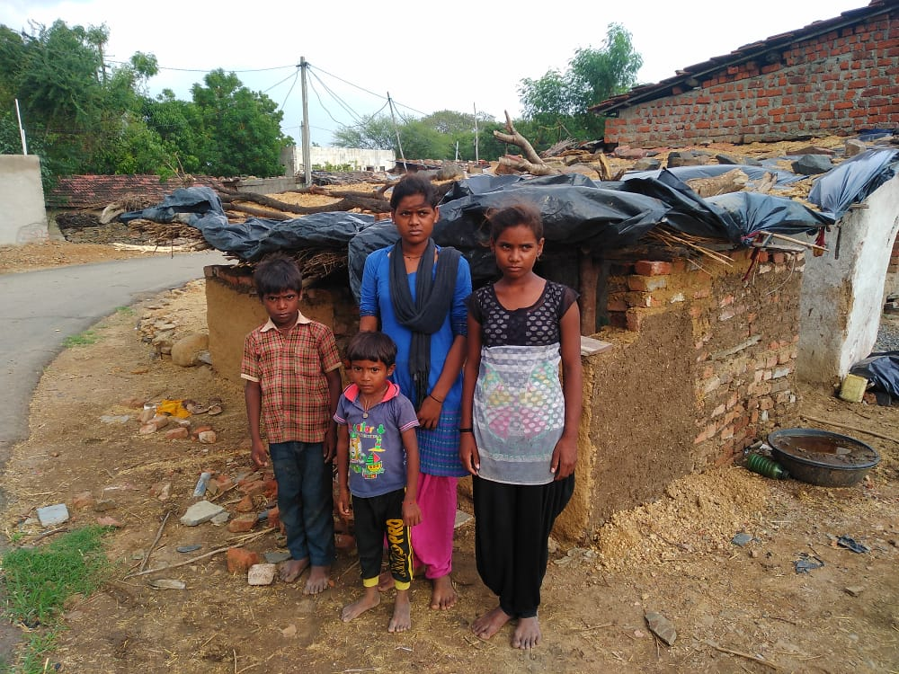 Four siblings forced to eat from rate to rate, 16 year old minor elder sister is running the family by working