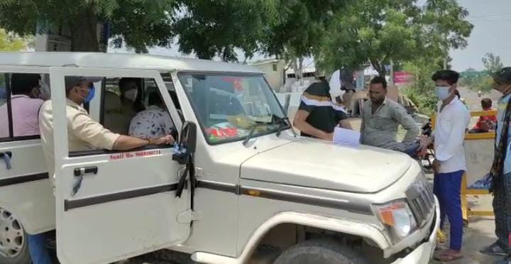 Manasa news- In the presence of Manasa police, the doctors investigated the corona disease by stopping the drivers
